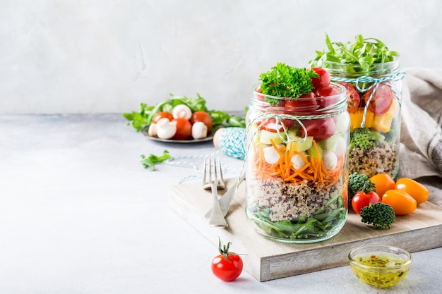 Sałatka w szklanym słoju z quinoa Premium Zdjęcia