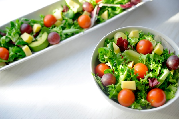 Sałatka Winogronowa Z Pomidorem I Awokado Premium Zdjęcia