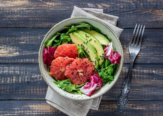 Sałatka z awokado i grejpfrutem Premium Zdjęcia