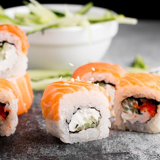 Sałatka Z Bliska I świeże Sushi Rolki Darmowe Zdjęcia
