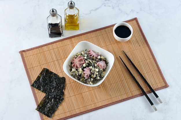 Sałatka z chuka kapusty morskiej, ośmiornicy Premium Zdjęcia