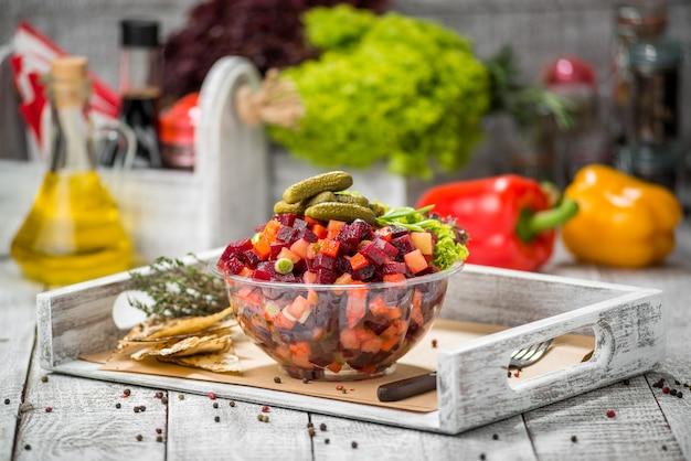 Sałatka Z Gotowanymi Warzywami. Flakonik Na Sole Trzeźwiące. Premium Zdjęcia
