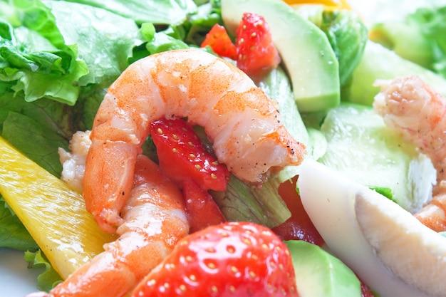 Sałatka Z Krewetkami I Warzywami Premium Zdjęcia