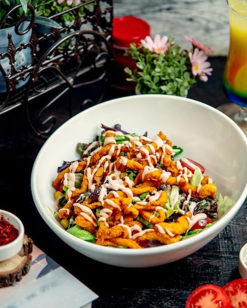 Sałatka Z Kurczakiem Z Sałatą Kukurydzianą I Pomidorem Darmowe Zdjęcia