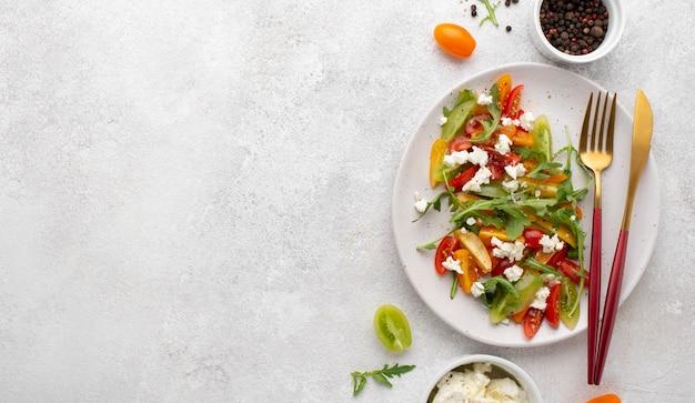 Sałatka Z Mieszanki Pomidorów Z Widokiem Z Góry Z Serem Feta I Miejscem Do Kopiowania Premium Zdjęcia
