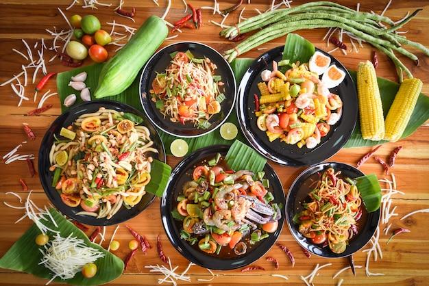Sałatka Z Papai Serwowana Na Stole. Zielonego Melonowa Sałatkowy Korzenny Tajlandzki Jedzenie Na Talerzu Z świeżymi Warzywami. Premium Zdjęcia