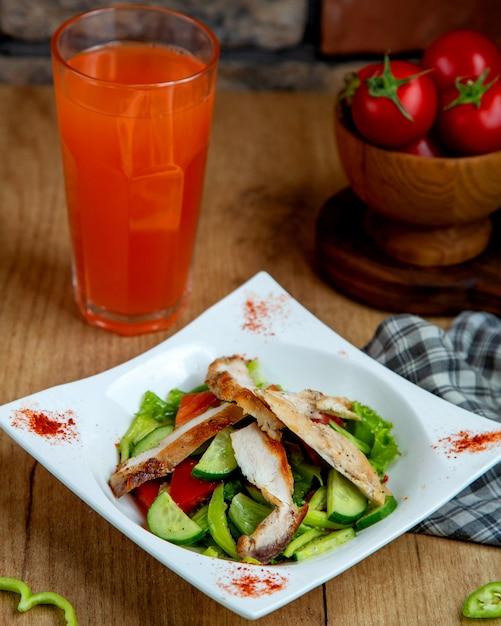 Sałatka Z Piersi Kurczaka Smażona Z Sałatą Pomidorową Z Ogórkiem I Kawałkami Zielonej Papryki Darmowe Zdjęcia