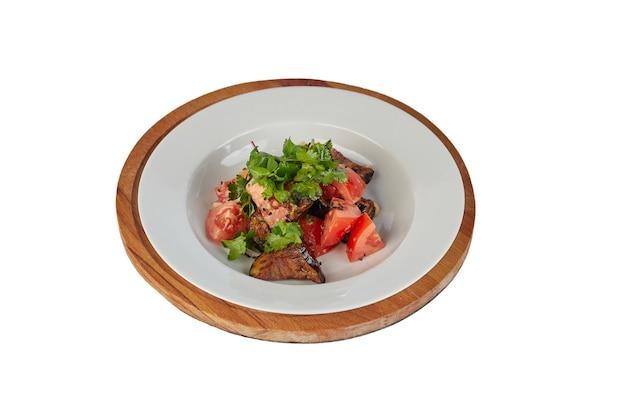 Sałatka Z Pomidorami I Bakłażanem Na Białym Tle Premium Zdjęcia