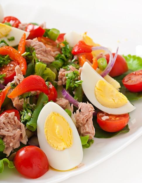 Sałatka Z Tuńczykiem, Pomidorami, Ziemniakiem I Cebulą Darmowe Zdjęcia