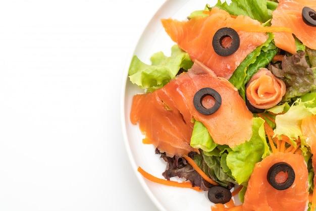 Sałatka Z Wędzonego łososia - Zdrowa żywność Premium Zdjęcia