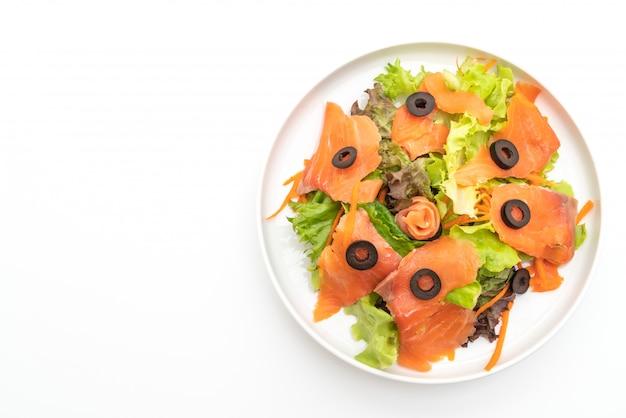 Sałatka Z Wędzonego łososia - Zdrowy Styl Jedzenia Premium Zdjęcia
