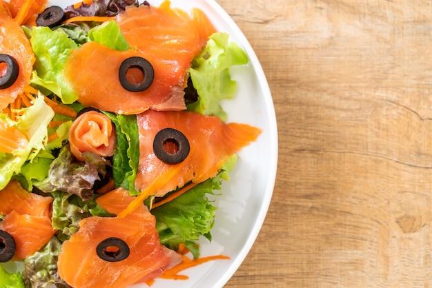 Sałatka Z Wędzonego łososia Premium Zdjęcia