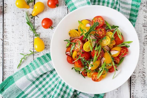 Sałatka Ze świeżych Pomidorów Cherry Z Cebulą I Rukolą Premium Zdjęcia