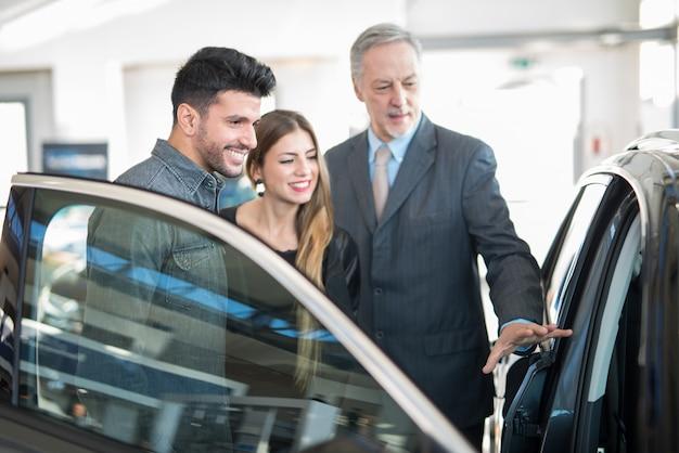 Salon sprzedaży salonów samochodowych Premium Zdjęcia