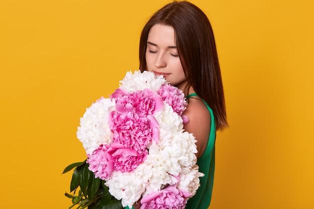 Salowy Strzał Piękny Brunetki Dziewczyny Mienia Bukiet Z Różowymi I Białymi Peoniami Darmowe Zdjęcia