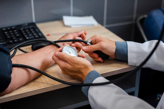 Samiec lekarka wręcza pomiarowego napięcie Darmowe Zdjęcia