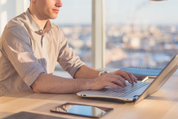 Samiec Wręcza Pisać Na Maszynie, Używać Laptop W Biurze. Projektant Pracujący W Miejscu Pracy Premium Zdjęcia