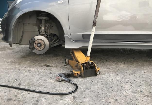 Samochód bez koła i podnośnika hydraulicznego Premium Zdjęcia