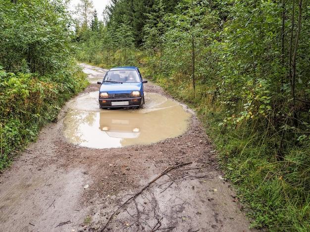 Samochód Jedzie Przez Deszcz Zatarcie Drogi. Samochód W Deszczu Zatarł Drogę. Premium Zdjęcia