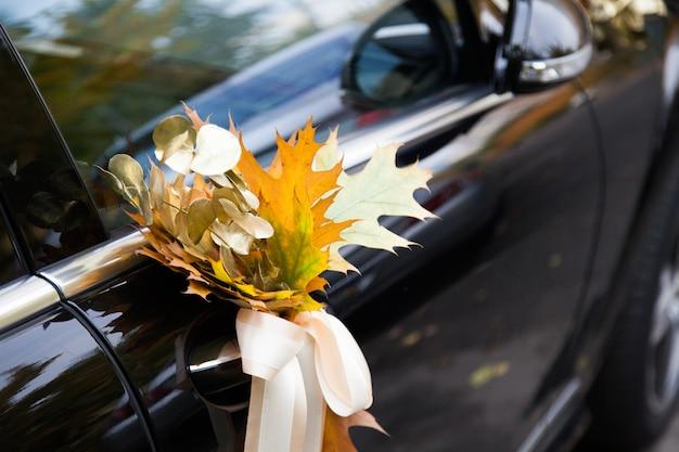 Samochód ślubny ozdobiony kwiatami Premium Zdjęcia