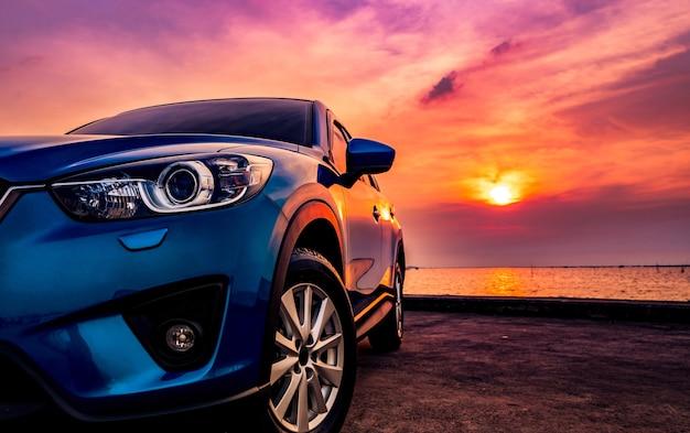 Samochód sportowy i nowoczesny design zaparkowany na drodze Premium Zdjęcia