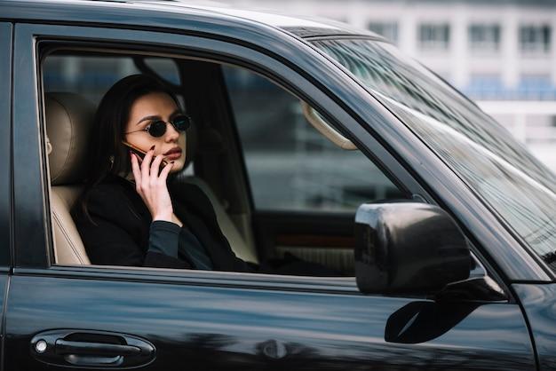 Samochód Z Kobietą Monitorowany Przez Ochronę Darmowe Zdjęcia