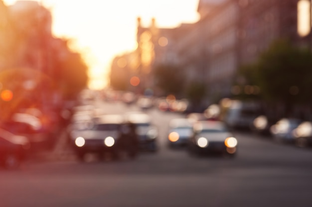 Samochód z oświetleniem wieczorem na drodze miasta Premium Zdjęcia