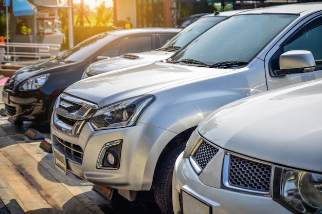 Samochód zaparkowany na drodze, jazda samochodem na drodze Premium Zdjęcia