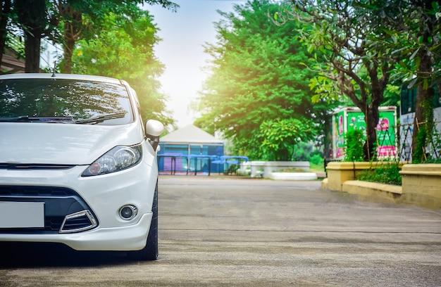 Samochód zaparkowany na drodze, samochód zaparkowany na ulicy Premium Zdjęcia