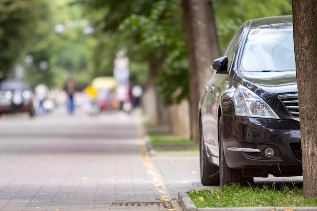 Samochód Zaparkowany Przy Krawężniku Od Strony Ulicy Na Parkingu. Premium Zdjęcia