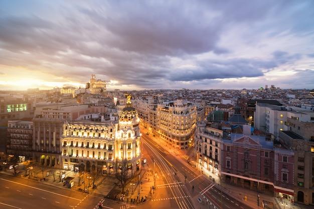 Samochodów I Sygnalizacji świetlnej Na Gran Ulicy Via, Głównej Ulicy Handlowej W Madrycie W Nocy Premium Zdjęcia