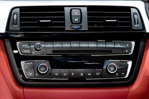 Samochodowa konsola instrumentów i radio stereo z panelem klimatyzacji w samochodzie. Premium Zdjęcia