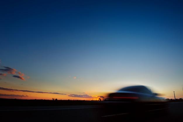 Samochodowa Sylwetka Na Zmierzchu Backgroun Premium Zdjęcia