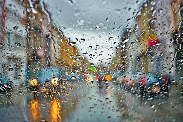 Samochodowy Jeżdżenie W Deszczu I Burzy Abstrakta Tle Premium Zdjęcia