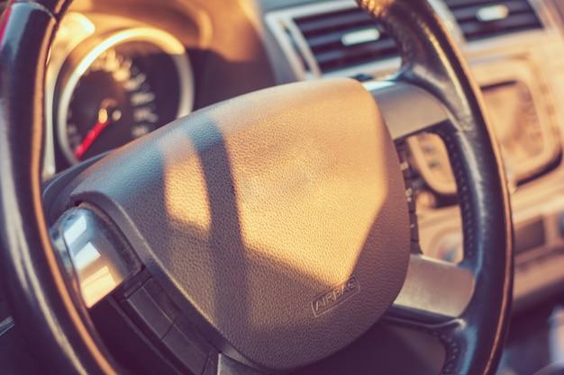 Samochodowy kierownicy zbliżenie w kabinie Premium Zdjęcia