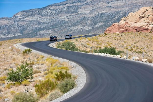 Samochody Na Drodze W Red Rock Canyon, Nevada, Usa Premium Zdjęcia