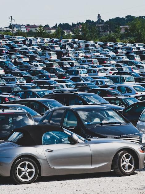 Samochody na parkingu Premium Zdjęcia