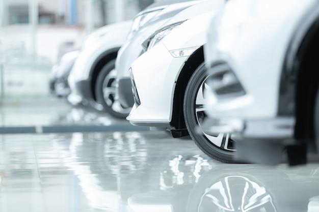 Samochody na sprzedaż, przemysł motoryzacyjny, salon dealerski samochodów. Premium Zdjęcia