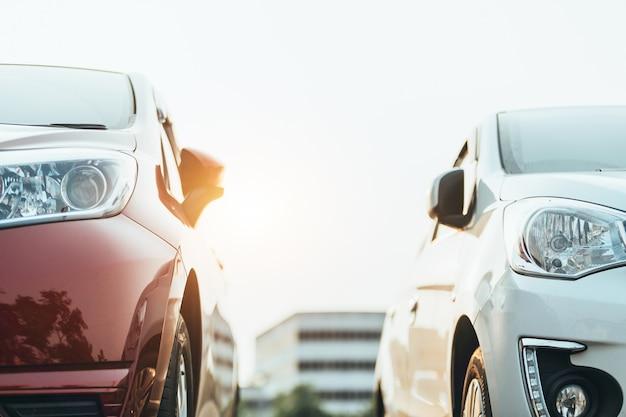 Samochody zaparkowane na parkingu, zbliżenie. samochody na sprzedaż stock stock row. zapas sprzedawcy samochodów. Premium Zdjęcia