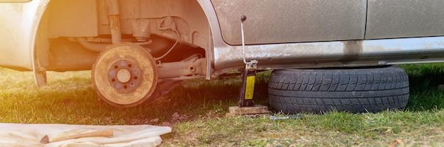 Samodzielna Naprawa Hamulca Bębnowego Samochodu. Naprawa Uszkodzonego Hamulca Bębnowego Samochodu Zdemontowanego Na Zewnątrz. Transparent. Migotać Premium Zdjęcia