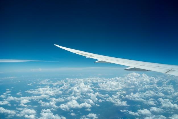Samolot latający nad clound i błękitne niebo. ładny widok z okna samolotu. Premium Zdjęcia