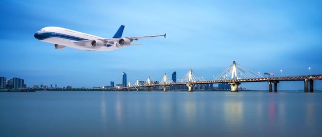 Samolot latający nad tropikalne morze w piękny zachód słońca lub wschód słońca tło scenerii Premium Zdjęcia