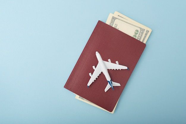 Samolot Na Okładce Paszportu. Dolary Podróżować. Niebieski Premium Zdjęcia
