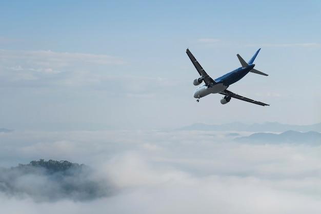 Samolot nad chmurami, Premium Zdjęcia