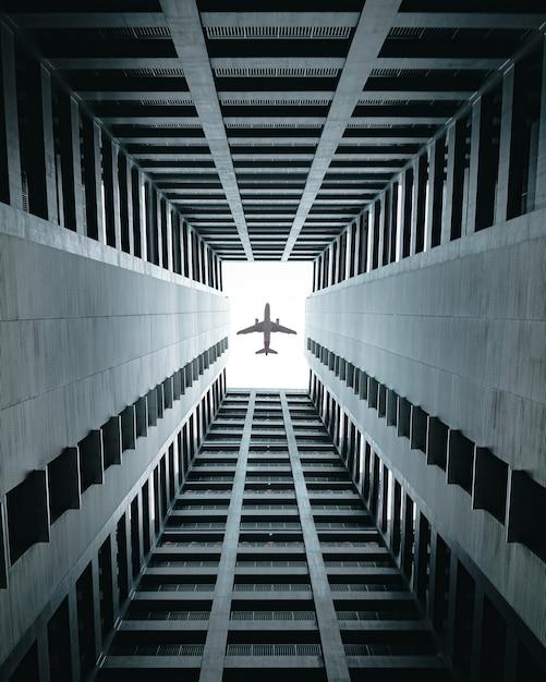 Samolot Przelatujący Nad Budynkami. Darmowe Zdjęcia