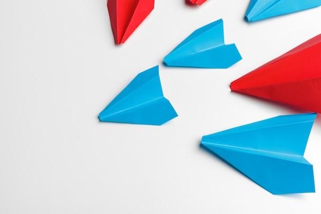 Samoloty czerwony i niebieski papier na białym tle. konkurs przywództwa i biznesu Premium Zdjęcia