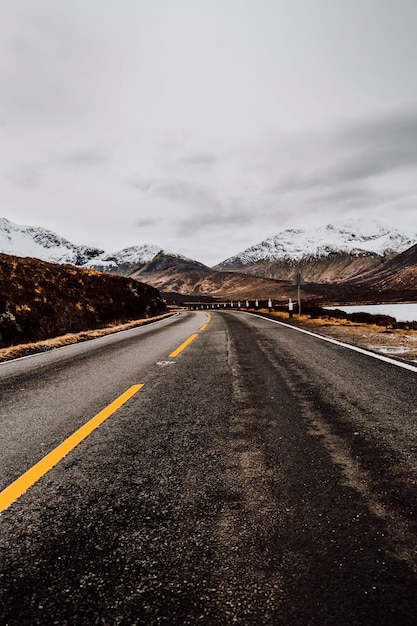 Samotna droga do gór Darmowe Zdjęcia