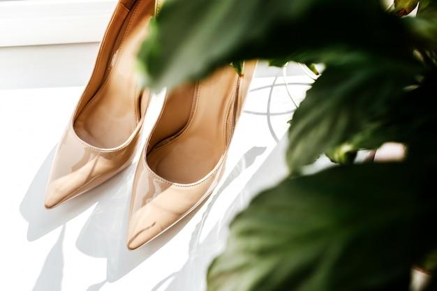 Sandały ślubne weselne damskie buty na uroczystą imprezę. Premium Zdjęcia