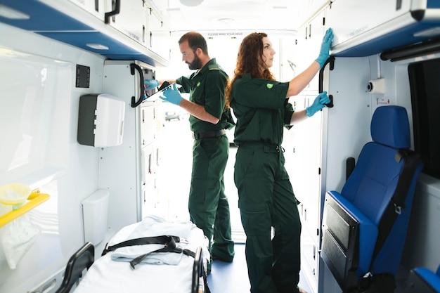 Sanitariusz drużynowy sprawdza wyposażenie w karetce Premium Zdjęcia