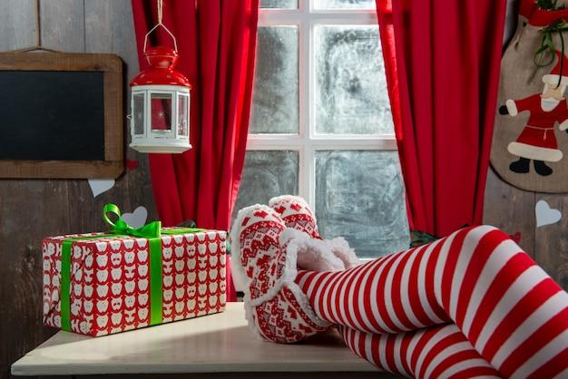 Santa kobieta nogi. koncepcja świąt bożego narodzenia Premium Zdjęcia